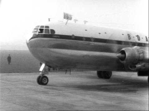 stratocruiser carrying princess margaret taxis along a runway at london airport. 1955. - veicolo di terra per uso personale video stock e b–roll