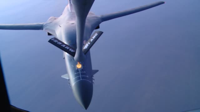 stratotanker crew members from the 340th expeditionary air refueling squadron refuel a b1b lancer over southern afghanistan in support of operation... - operazione enduring freedom video stock e b–roll