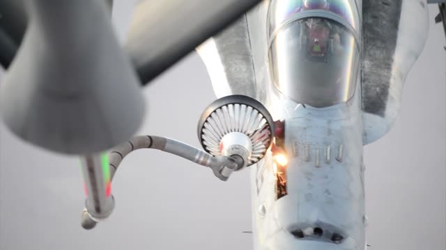 stratotanker refuels f18s prior to strike operations in syria sept 23 2014 these aircraft were part of the second coalition strike package to strike... - ministero americano della difesa video stock e b–roll