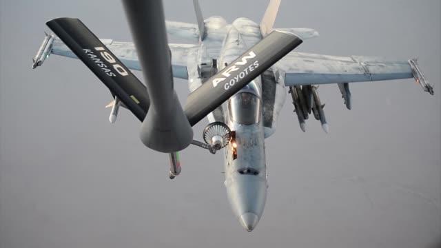 stratotanker refuels f-18s prior to strike operations in syria sept 23, 2014. these aircraft were part of the second coalition strike package to... - amerikanska försvarsdepartementet bildbanksvideor och videomaterial från bakom kulisserna