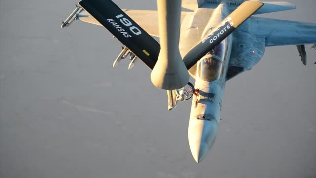 stratotanker refuels f-18s prior to strike operations in syria sept 23, 2014. these aircraft were part of the second coalition strike package to... - ministero americano della difesa video stock e b–roll