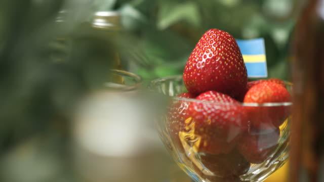 stockvideo's en b-roll-footage met aardbeien op een zweeds midzomer-diner - zomerzonnewende