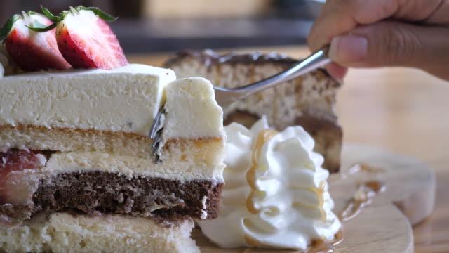 vídeos de stock, filmes e b-roll de bolo de morangos com creme com dolly morango atirou em movimento - câmera em movimento