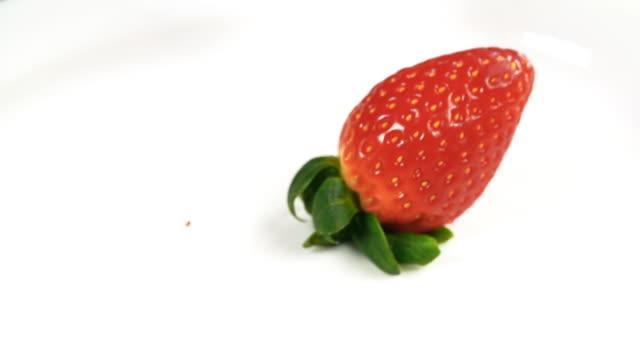 vídeos y material grabado en eventos de stock de strawberries falling in milk - fresa