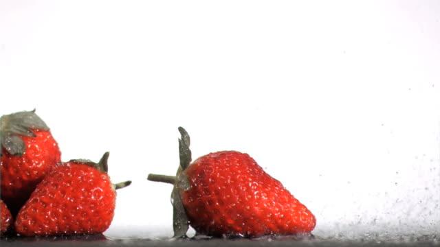 stockvideo's en b-roll-footage met strawberries in super slow motion receiving water - vier dingen
