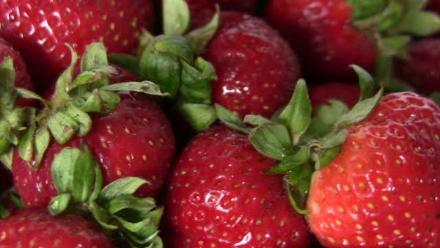 hd: strawberries rotating closeup loop - medium group of objects stock videos & royalty-free footage