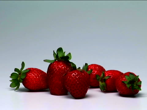 strawberries - einige gegenstände mittelgroße ansammlung stock-videos und b-roll-filmmaterial