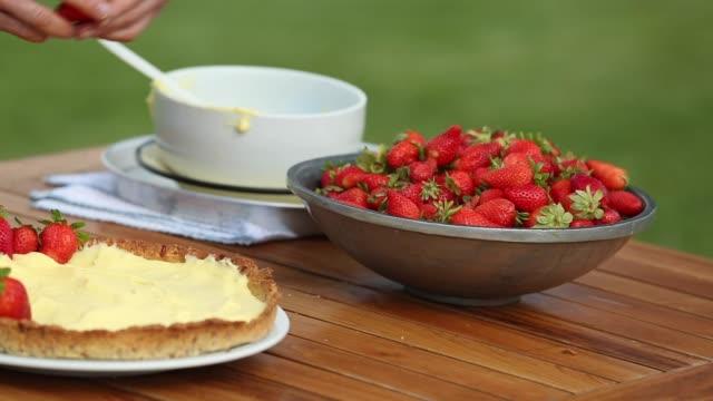 strawberry custard cream cake recipe - カスタードクリーム点の映像素材/bロール