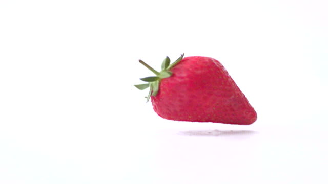 stockvideo's en b-roll-footage met strawberry falling slow motion - enkel object