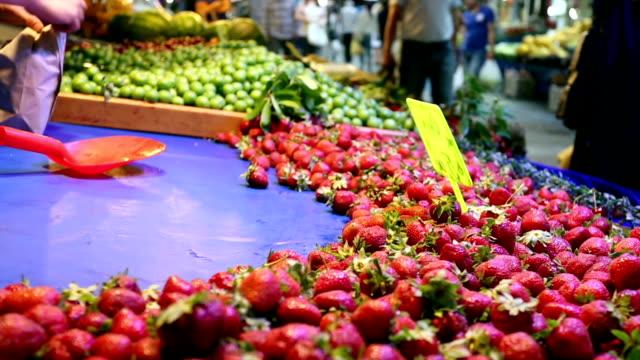 strawberry verkäufer duschkabine auf street-markt - lebensmittelhändler stock-videos und b-roll-filmmaterial