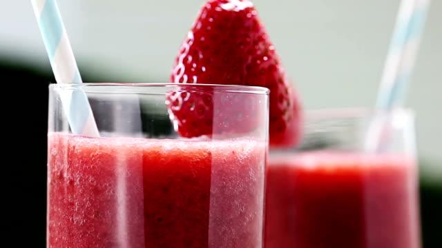vidéos et rushes de cocktail à la fraise - groupe moyen d'objets
