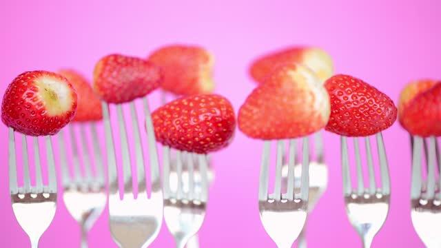 vidéos et rushes de fraise - fond rose