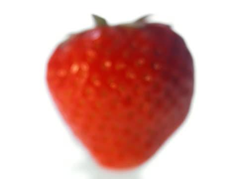 a strawberry - テーブルトップショット点の映像素材/bロール