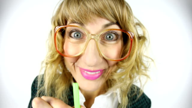sugrör är gamla hederliga 80s kvinna fisheye video - endast en medelålders kvinna bildbanksvideor och videomaterial från bakom kulisserna