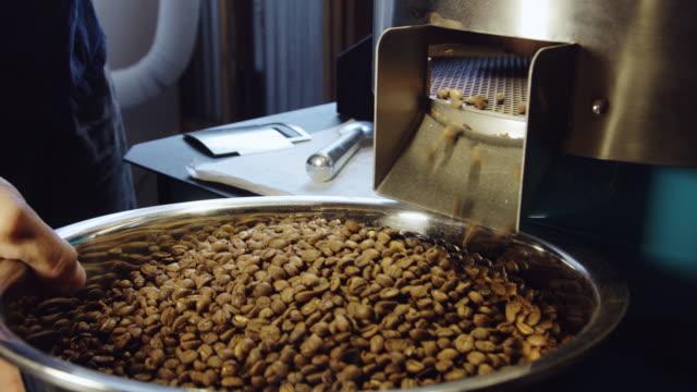 verirrte kaffeebohnen - zuletzt stock-videos und b-roll-filmmaterial