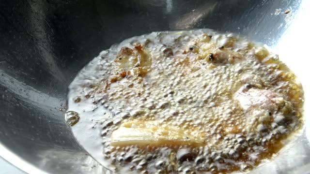 vídeos y material grabado en eventos de stock de streaky cerdo frito - huevo frito