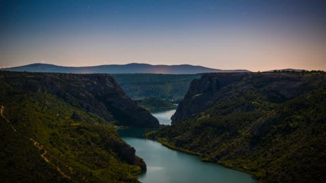 vídeos y material grabado en eventos de stock de stream and mountain range, krka national park, croatia - lozano