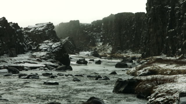 vidéos et rushes de a stream flows past a ridge at the thingvellir national park.  - géologie