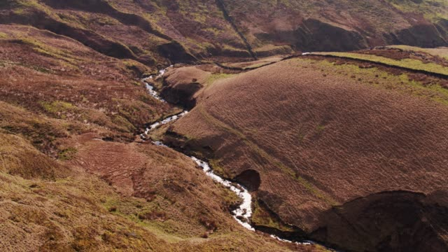 vídeos y material grabado en eventos de stock de corriente en el valle de pennine lancashire - drone tiro - lancashire