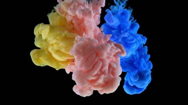 slo mo ld strom von rosa, gelb und blau farbe unter wasser - mischen stock-videos und b-roll-filmmaterial