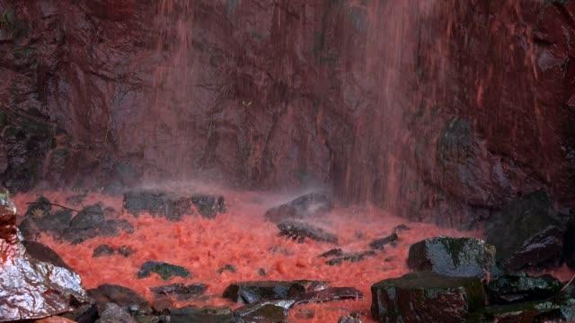 stream of red water in a quarry - parete rocciosa video stock e b–roll