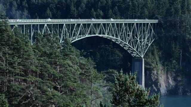 vídeos y material grabado en eventos de stock de a stream of traffic passes over the deception pass bridge in washington. - estrecho de puget
