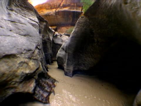 vidéos et rushes de stream through scalloped walls - strate géologique
