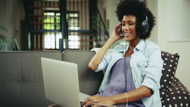 vídeos de stock, filmes e b-roll de streaming de música e desfrutar de cada melodia - canto