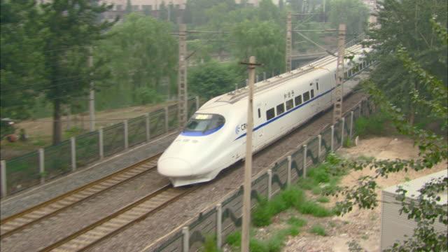 ws ha streamlined crh train speeding on track, beijing, beijing, china - treno ad alta velocità video stock e b–roll