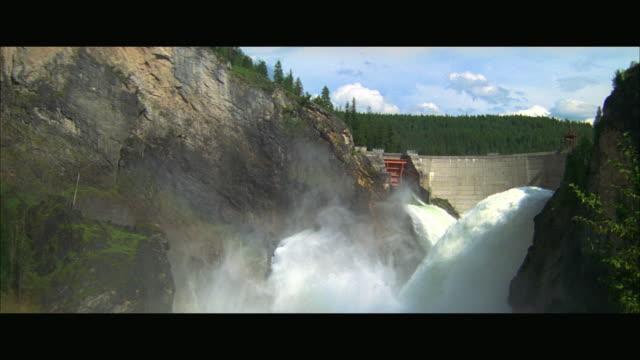 vidéos et rushes de ws pan streams of water releasing from dam - laisser partir