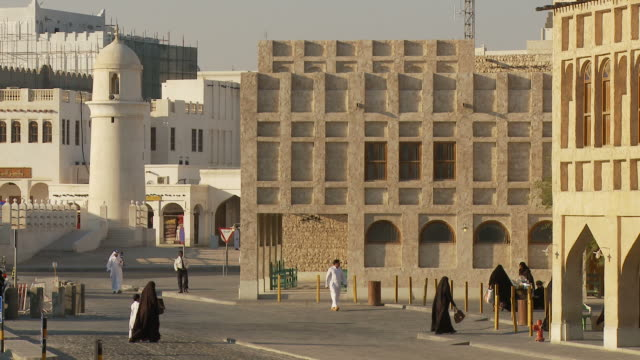 vídeos de stock e filmes b-roll de ws street and buildings / doha, qatar - doha