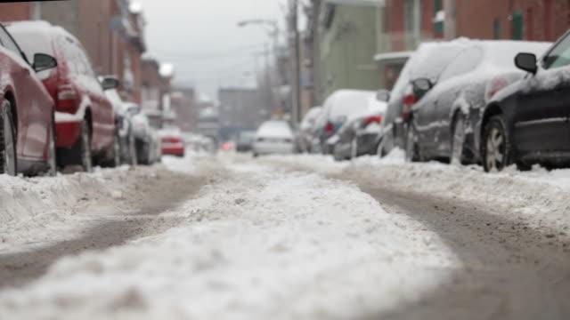 vídeos y material grabado en eventos de stock de street and cars covered in snow - montréal