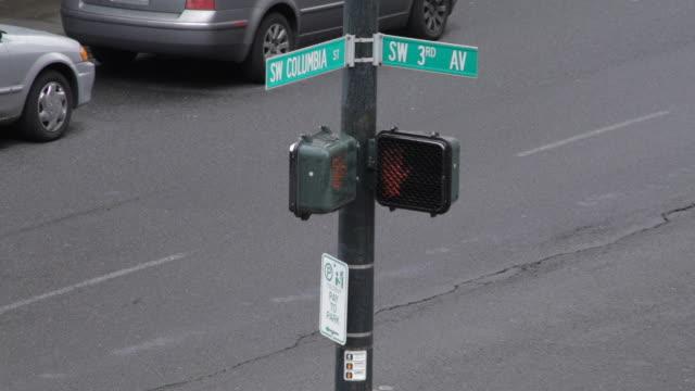 vídeos y material grabado en eventos de stock de street and cross walk signal, time lapse - street name sign