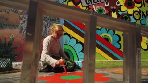 street art (graffiti) in clarion alley, san francisco, usa - konst bildbanksvideor och videomaterial från bakom kulisserna