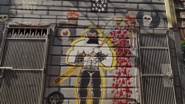 street art (graffiti) in clarion alley, san francisco, usa - comic kunstwerk stock-videos und b-roll-filmmaterial