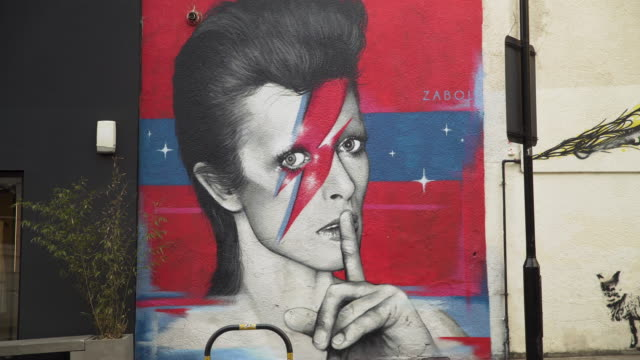 vidéos et rushes de street art of david bowie by zabou - hackney