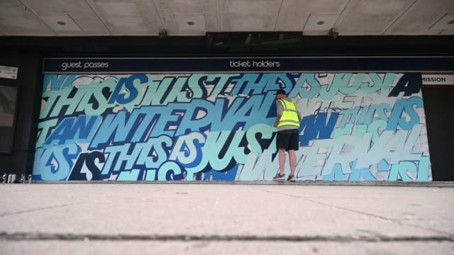 vídeos de stock e filmes b-roll de street artist captain kris works on a mural on the temporary hoardings outside the o2 forum music venue in kentish town on july 02, 2020 in london,... - kentish town