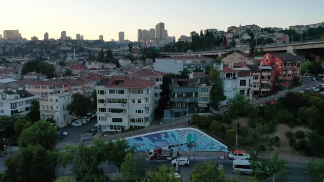 TUR: Street Artist Creates Coronavirus Mural in Istanbul