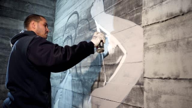 vídeos de stock, filmes e b-roll de graffiti de rua artista pintura na parede - pintor artista