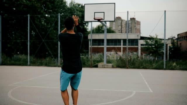 vídeos y material grabado en eventos de stock de calle jugador de baloncesto - encestar