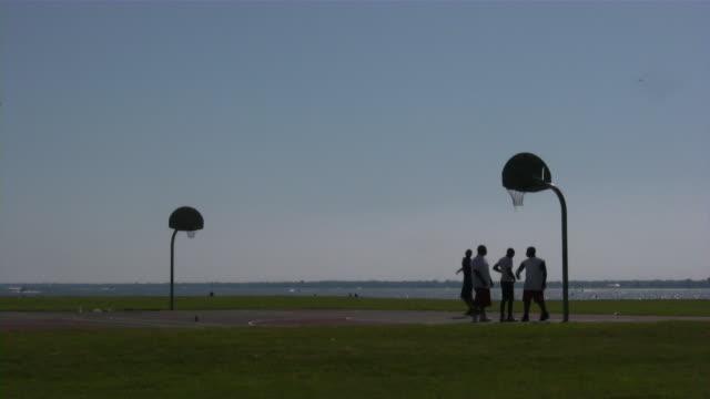 ストリートのバスケットボール - バスケットボールのシュート点の映像素材/bロール