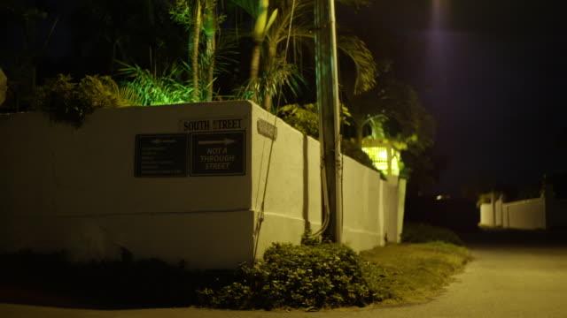 vídeos y material grabado en eventos de stock de a street by night on the bahamas - señal de nombre de calle