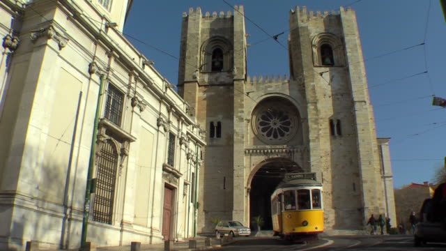 vídeos de stock e filmes b-roll de street car passing in lisbon, portugal - catedral