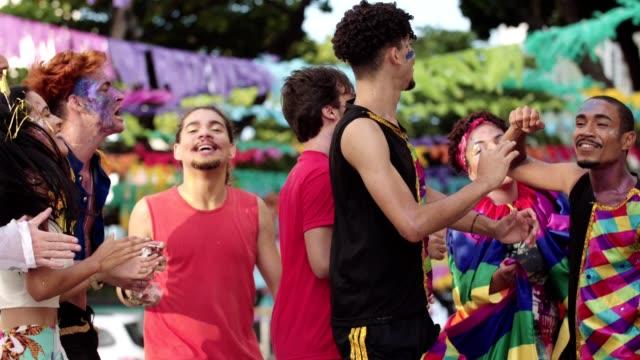 ブラジル、レシフェのストリートカーニバル。 - ゲイ点の映像素材/bロール