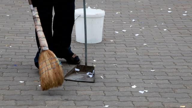 vídeos y material grabado en eventos de stock de limpiador de calle barriendo la basura en la calle - barrer