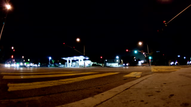 street ecke bei nacht-zeitraffer - tankstelle stock-videos und b-roll-filmmaterial