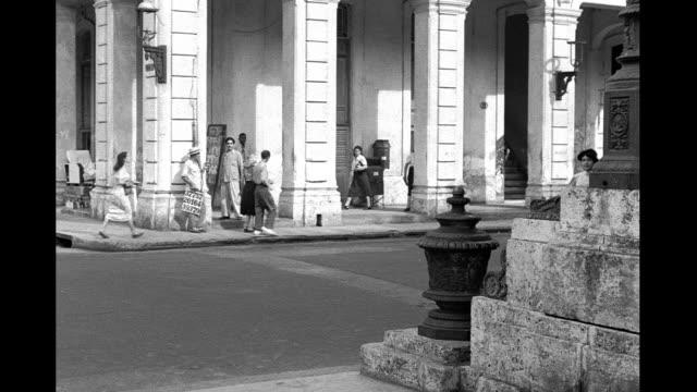 1935 - street corner in havana - mezzogiorno video stock e b–roll