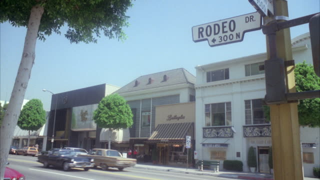 stockvideo's en b-roll-footage met ms street corner sign on lamp post - beverly hills californië