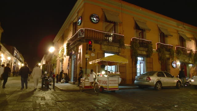 ws street corner with hot dog stand at night / oaxaca, mexico - ecke eines objekts stock-videos und b-roll-filmmaterial