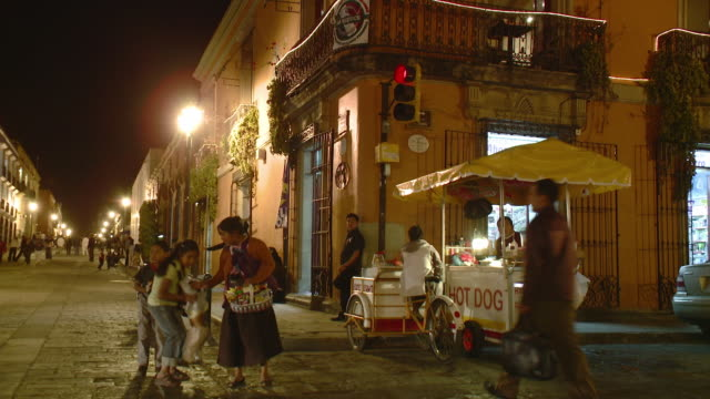 ws street corner with hot dog stand at night / oaxaca, mexico - 角点の映像素材/bロール